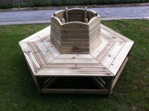 Tour d'abre avec banc en bois