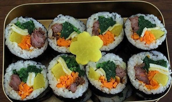 Korean seaweed rice rolls (Gimbap: 김밥)
