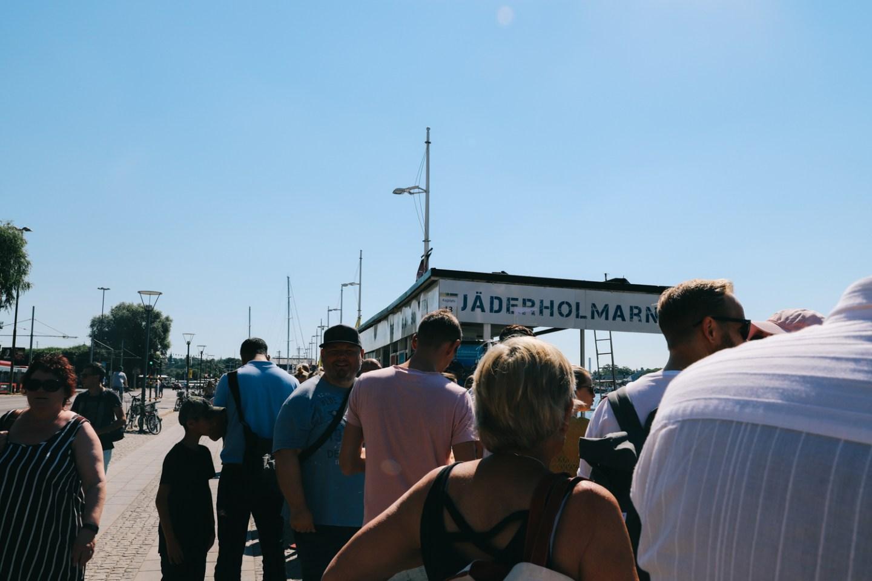 Wachten in de rij voor de boot naar Fjäderholmarna