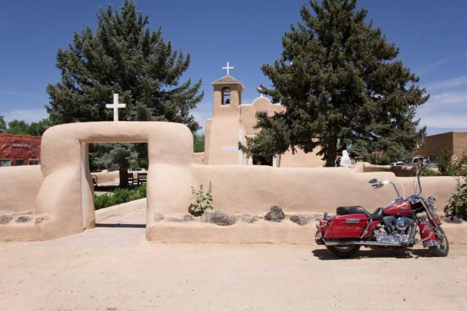 Voyager au Nouveau Mexique - Harley Davidson devant une vieille église à Taos