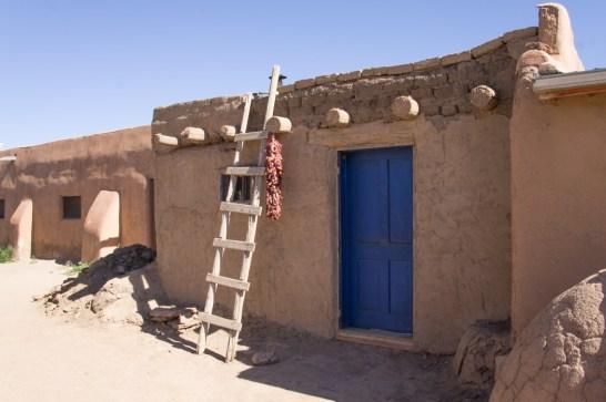 Jolie maison, échelle et piments qui sèche - Taos Pueblo - Nouveau Mexique