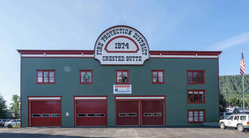 Colorado- Estación de bomberos con cresta de lazo de ELK
