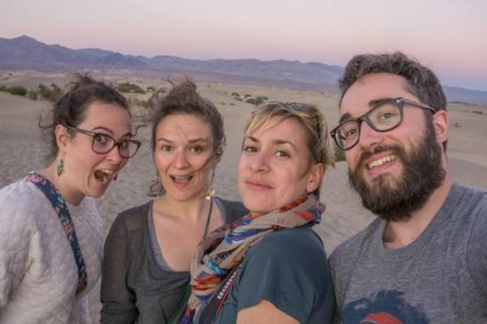 death valley california- coucher de soleil sur les dunes et la fine équipe
