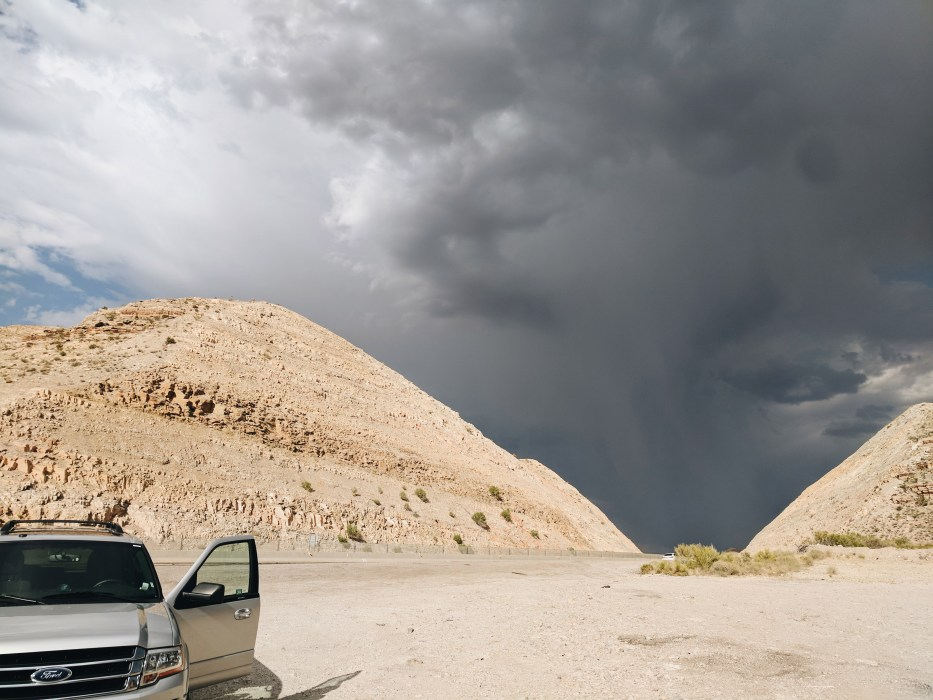 L'orage menacant sur les routes de l'ouest americain
