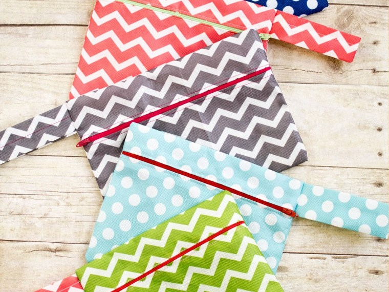 Easy DIY Zipper Pouch {Free Time Frolics} | Mabey She Made It | #sewing #zipperpouch #gifts