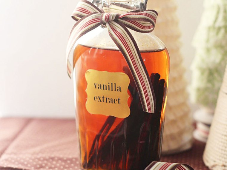 Make Your Own Vanilla Extract | Mabey She Made It | #homemadevanilla #realvanilla #vanillaextract #giftideas #christmas