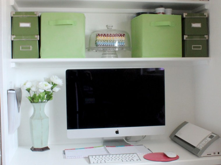 Creating a Colorful Room Without Commitment   Mabey She Made It   #decorating #homedecor #yahoodiy