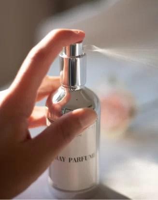 La brume de linge permettra d'apporter une touche de douceur entre les lavages de vos draps de maison ou encore vos rideaux.