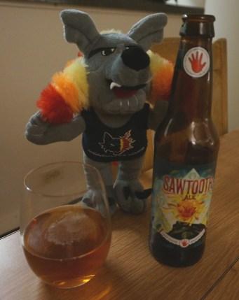 """Sawtooth Ale, Left Hand brewing company Longmont, Colorado Cette """"dent de scie"""" est une bière ambrée à 5,3°. Premier goût en bouche maltée légèrement caramélisé. Touche finale de houblon un peu amère, légèrement tourbeux."""