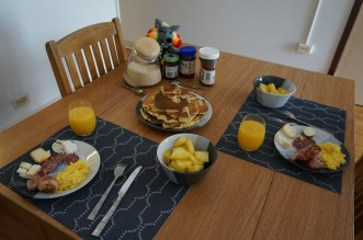 Brunch dominical : œufs brouillés, bacon, pancakes au Nutella, fromages, saucisson (si si c'est possible) et ananas !