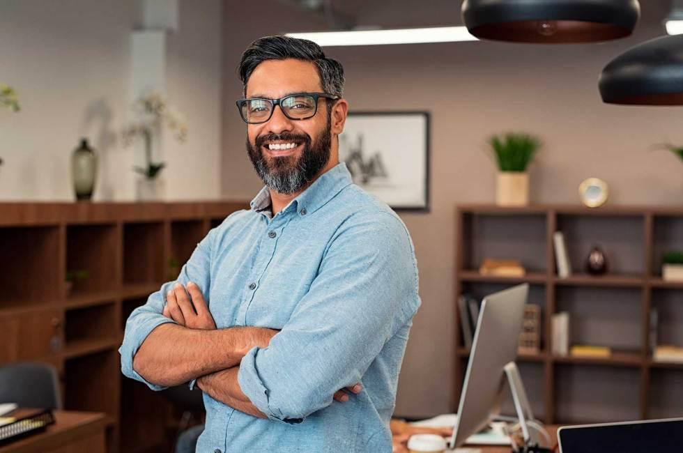 Foto de una persona en una oficina que representa a un trabajador autónomo.