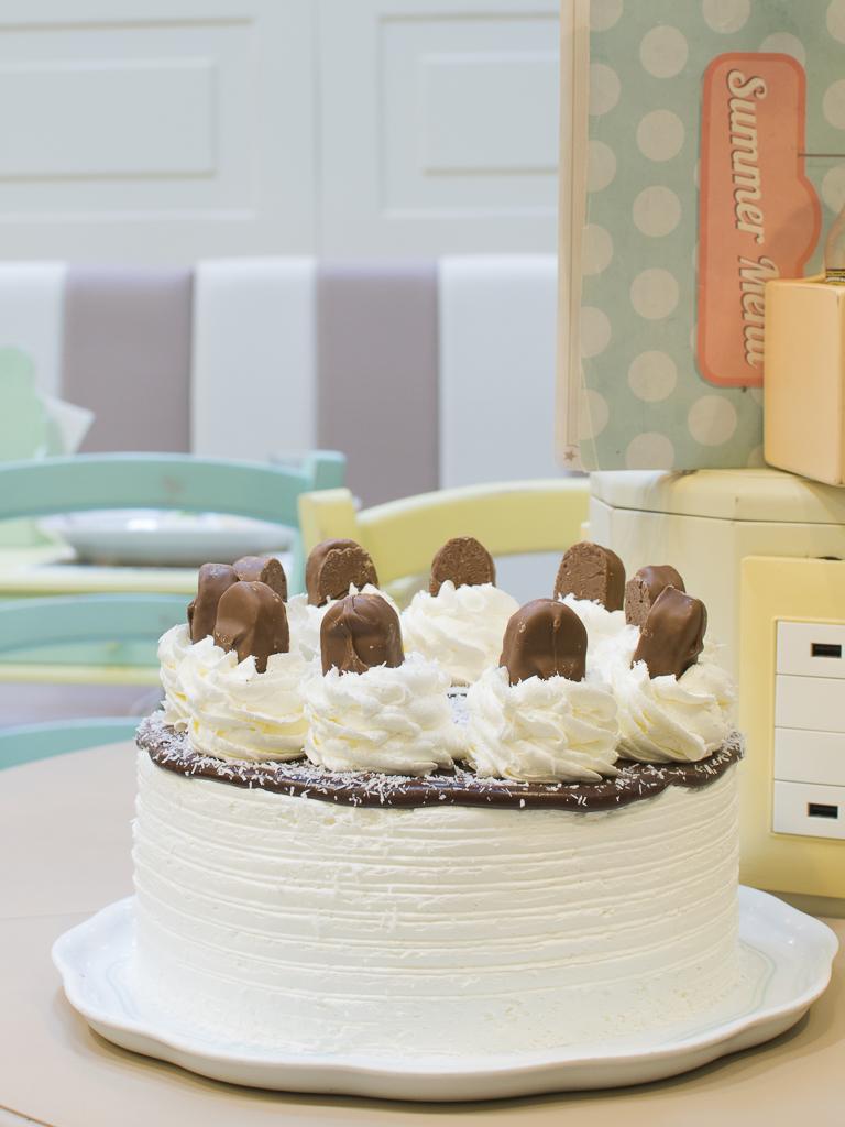 white_bakery_cake