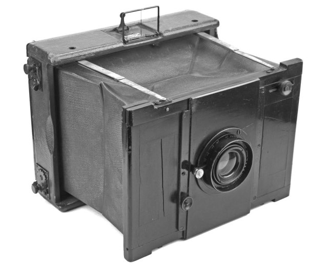 [Fig.1]The Goerz-Anschutz Camera. Probably the first camera to be adopted by Press Photographers.