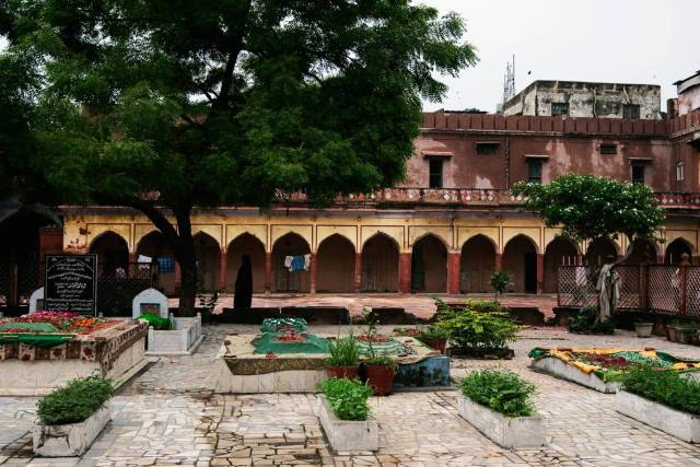 Fatehpuri Masjid in Chandni Chowk was built in 1650 by one of Shahjahan's wives. Its large quadrangle is lined with archways. In the centre are the graves of important persons associated with the masjid. At the far end stood a lady clad in black.