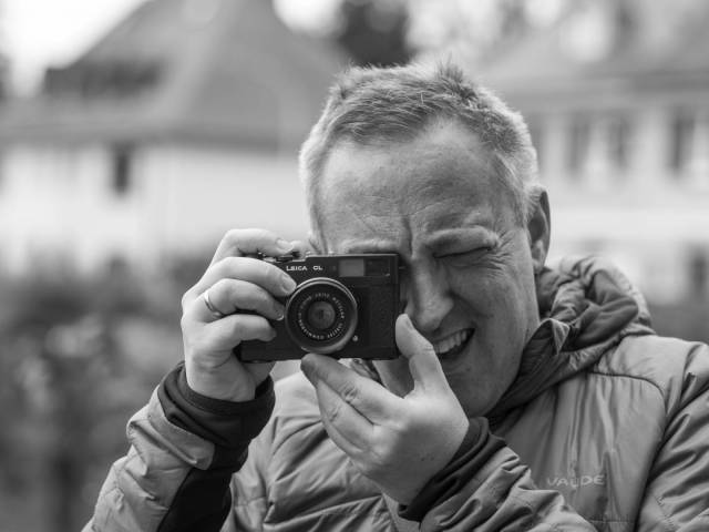 Not quite an M Leica but as close as it can get in our series about rangefinder cameras with Leica M mount: Macfilos author Jörg-Peter Rau with a Leica CL © Christine Rau