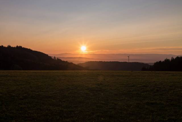 Sunset over the Vosges Mountains in France, seen from the first hills of the Black Forest on the other side of the Rhine in southern Baden. Konica M-Hexanon on Leica M10. Note the flare resistance of the lens (shadows moderately enhanced to show the optical performance of the lens).