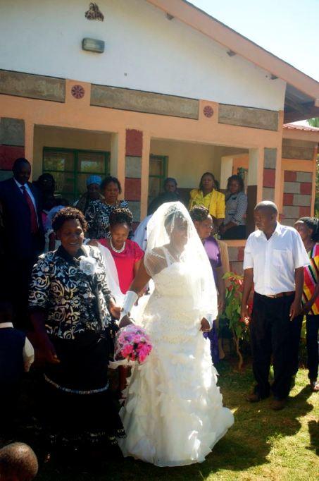 Der Morgen der Hochzeit, die Braut verlässt ihr Haus nachdem die gesamte Familie des Bräutigams sie für über eine Stunde mit Tanz und Gesang darum gebeten hat