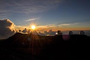 ハワイのマウナケアのキラウェア山の山頂からの朝日の写真