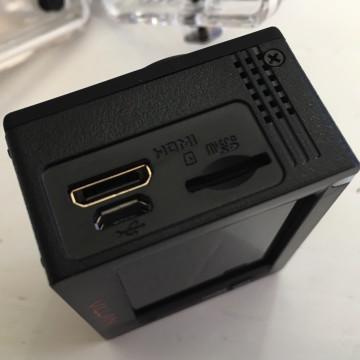 Uscita video diretta, alimentazione e ricettacolo per la card di memoria inclusa nella confezione