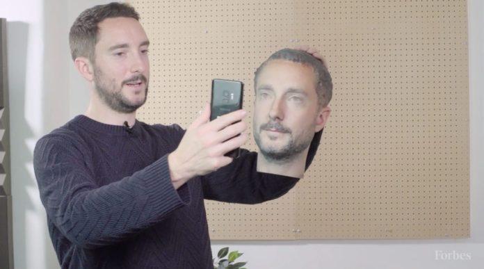 Il redattore di Forbes mentre prova a sbloccare uno smartphone ingannandolo con il volto ricostruito in 3D