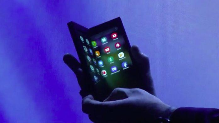Lo smartphone pieghevole di Samsun mostrato in pubblicità