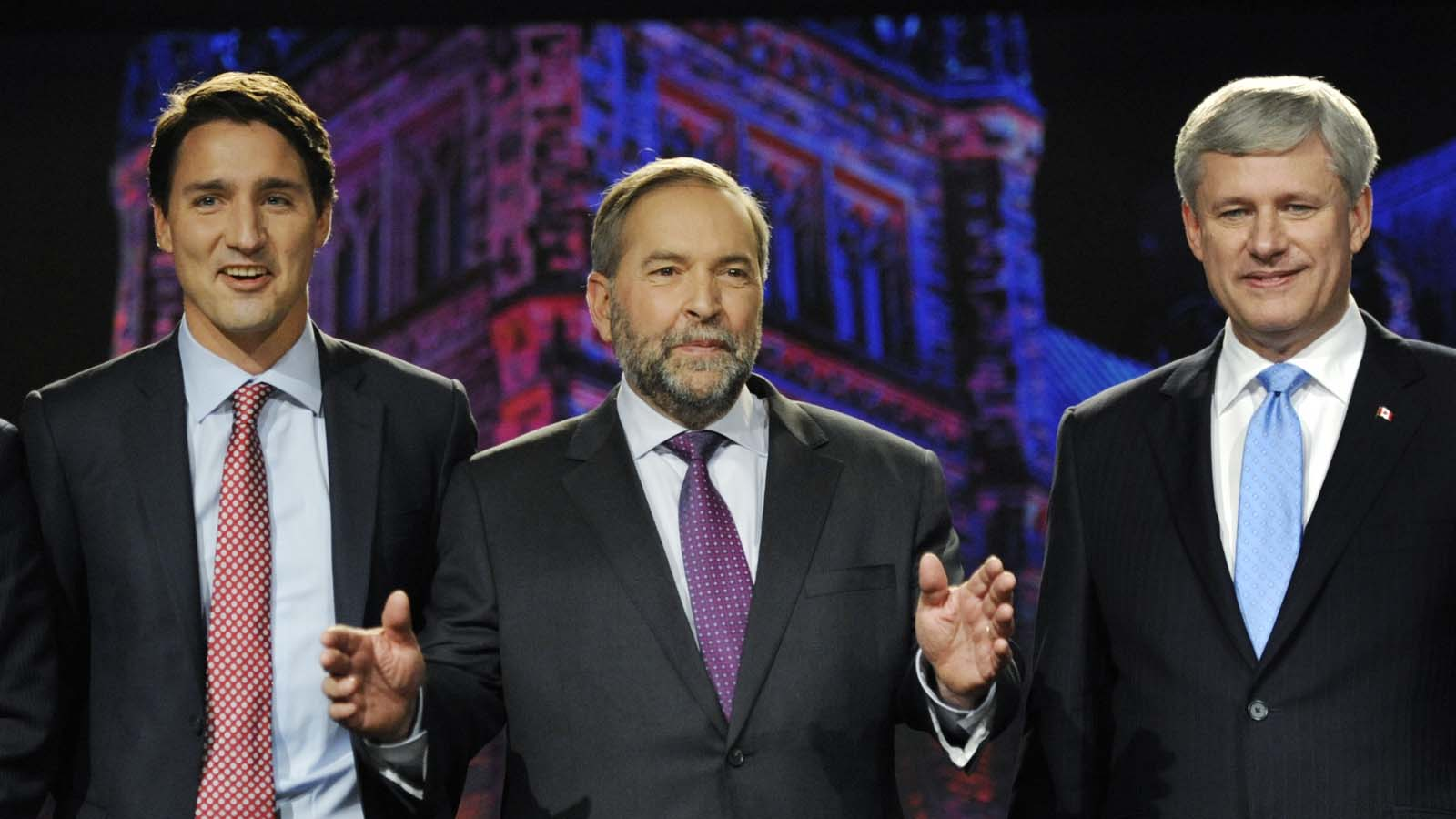 Liberal leader Justin Trudeau (L), NDP leader Thomas Mulcair (C) and Progressive Conservative leader Stephen Harper pose for a photo opportunity prior to the beginning of the Globe and Mail Leaders Debate in Calgary, Alberta September 17, 2015. REUTERS/Mike Sturk - RTS1NBL