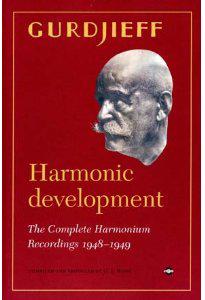 """HARMONIC DEVELOPMENT - COFANETTO 3 CD The complete armonium recording 1948-1949 di George I. Gurdjieff  """"Harmonic Development"""", triplo cd più libro, contiene le 113 registrazioni effettuate nell'appartamento parigino di Gurdjieff, divise per data in quattro sessioni. A queste sono state inoltre aggiunte, grazie alla collaborazione della fondazione Gurdjieff, le primissime registrazioni della sua musica per harmonium, effettuate presso l'hotel Wellington di New York tra il 25 dicembre del 1948 e l'inizio del febbraio 1949.   Il cofanetto è inoltre composto da un libro di 144 pagine in lingua inglese, contenente inedite fotografie di Gurdjieff ed i prezioni ricordi di alcune persone che erano presenti quando queste registrazioni furono effettuate. Infine, come bonus un film di 9 minuti fatto da Evelyn Sutta in occasione dei vari viaggi in macchina che l'hanno vista al fianco di Gurdjieff nell'estate del 1949. Gli altri 2 cd contengono invece una compilation rappresentativa delle registrazioni.  Nel settembre del 2000, su richesta del produttore Gert-Jan Blom, casa Basta ottenne la licenza dei 44 master originali contenenti le registrazioni dell'intera opera di Gurdjieff effettuate da Sylvie Anastasieff, vedova di Valentin Anastasieff, nipote del maestro armeno. Le registrazioni americane includono anche alcuni discorsi e storie raccontate dal maestro ai suoi discepoli.  Un'ulteriore sessione contiene alcuni interessanti registrazioni su filo, per un totale di 136 registrazioni per oltre 19 ore di musica, ordinate in sequenza cronologica in un singolo disco formato mp3.  Il volume contiene infine un capitolo scritto da Gert-Jan Blom sul processo di selezione delle tracce, sul lavoro di restauro dell'audio delle registrazioni, sulla storia della musica per harmonium di Gurdjieff, sulle trascrizioni delle lezioni del maestro ed un'estesa sezione note. Con una prefazione fatta da Robert Fripp, il noto fondatore e chitarrista dei King Crimson, """"Harmonic Development"""" è un q"""