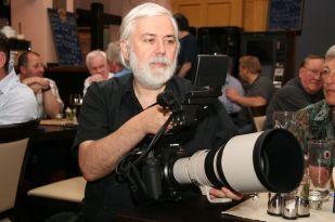 Kameramann Karl Schlotter checkt das Handling mit der EOS C 300.