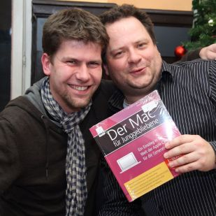 Mike D. freute sich als alter Photoshopper über ein Mac-Buch für Junggebliebene vom amac-Buchverlag