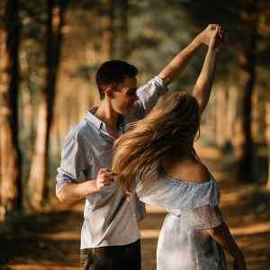 Histoire d'amour à distance joli couple qui danse en forêt