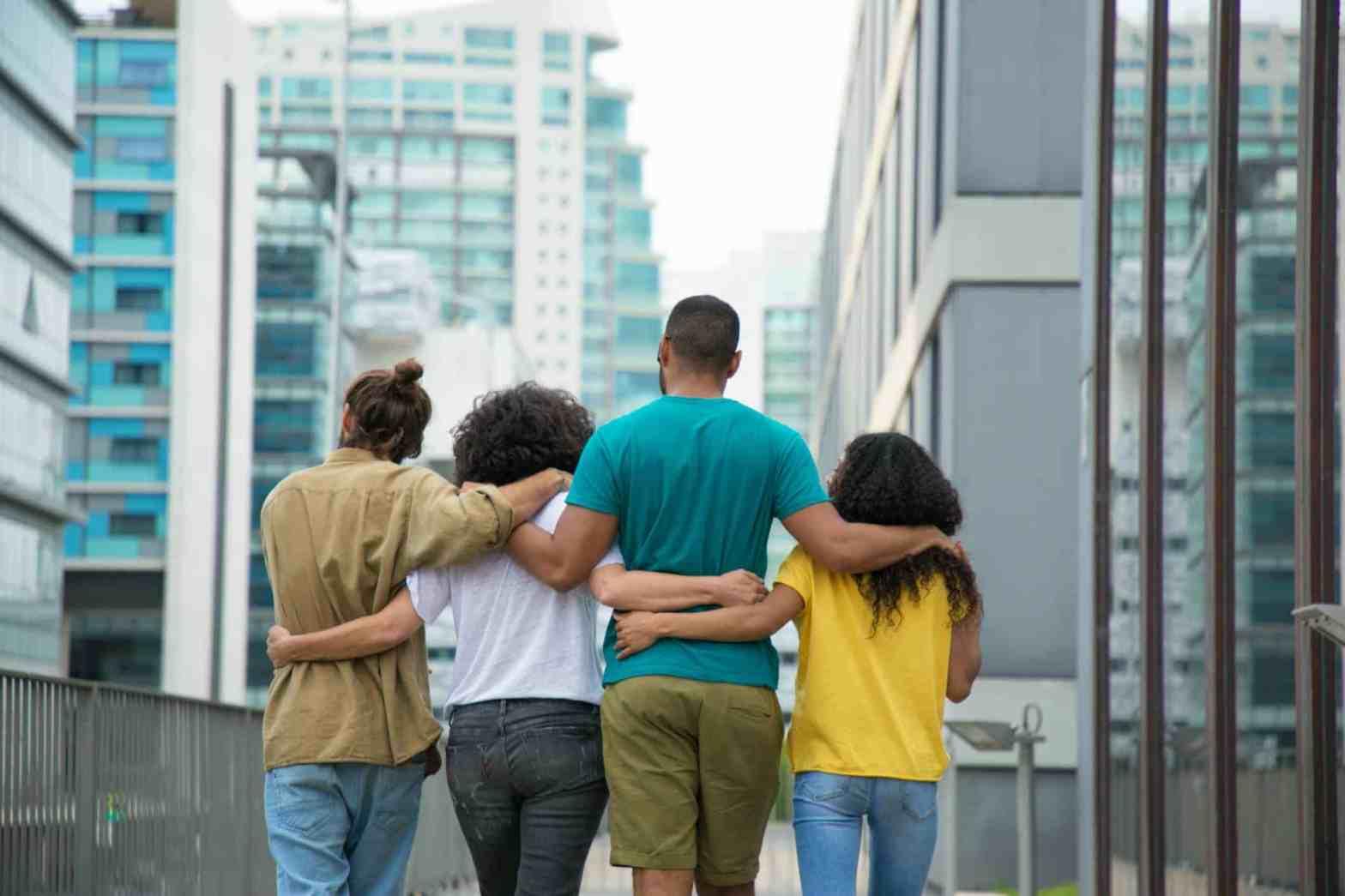 polyamour rencontre amoureuse couple trio hommes femme marche ensemble ville