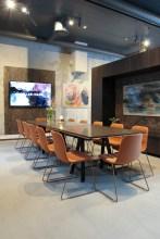 Møtebordet er plassert i den bakre delen av galleriet og rommer 12 personer