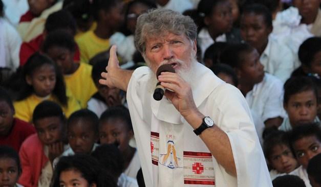 Le père Pedro s'insurge contre la pauvreté à Madagascar