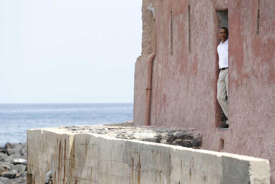 La-porte-du-voyage-sans-retour-a-la-Maison-des-esclaves-sur-l-ile-de-Goree