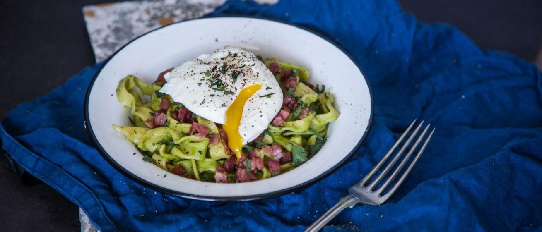 Μακαρονάδα με πέστο αρακά, bacon & αυγό ποσέ!