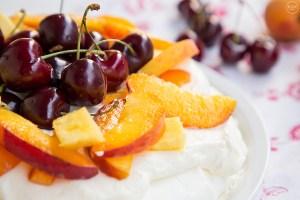 Πάβλοβα με καλοκαιρινά φρούτα