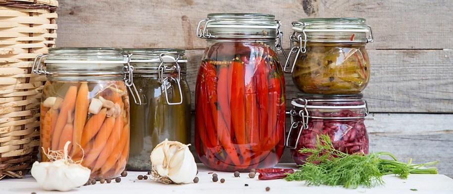 Γεμίστε τα ράφια της κουζίνας σας με χρώμα, φτιάχνοντας σπιτικές πίκλες!