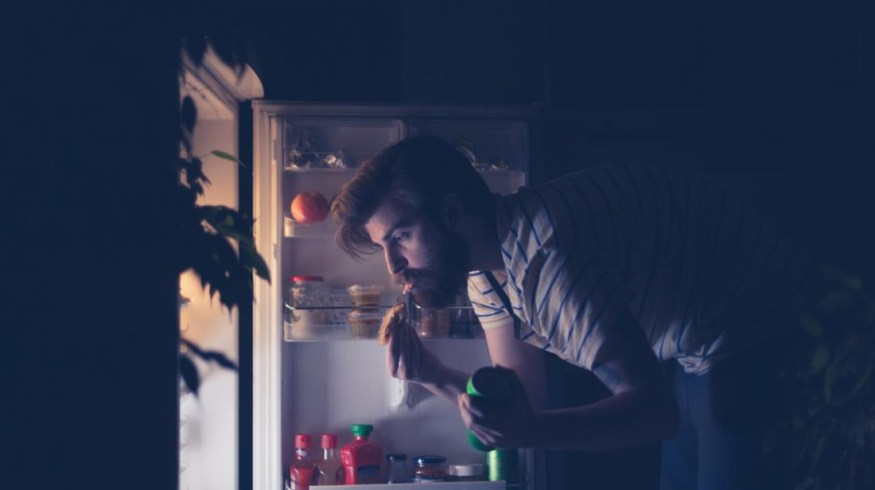Γιατί είναι δύσκολο να σταματήσουμε να τσιμπολογάμε τη νύχτα;