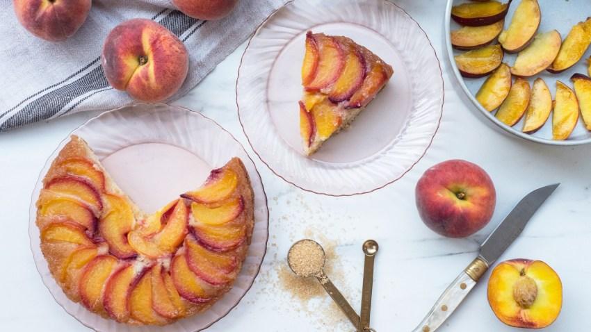 Αφράτο κέικ βανίλια με φρέσκα ροδάκινα (VIDEO)