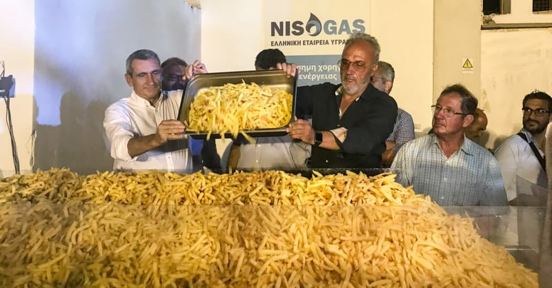 Στη Νάξο πέταξαν 1,8 τόνους πατάτες για ένα ξεπερασμένο βραβείο