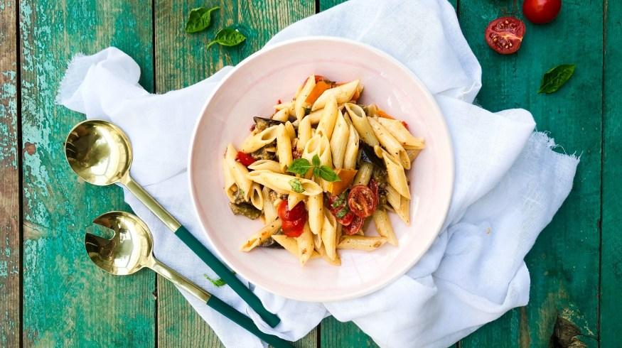 Μακαρονοσαλάτα με ψητά λαχανικά και κόκκινη πέστο