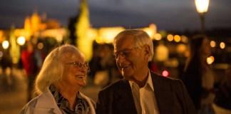微笑みあう老夫婦