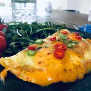 Omelet med ost og chili