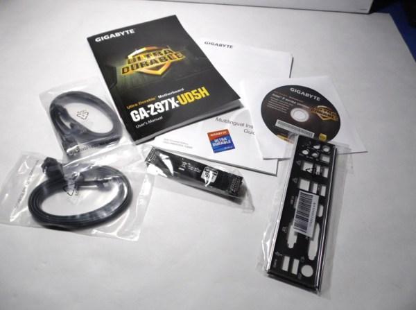 Los accesorios no son muy numerosos solo lo necesario, Manual, CD drivers, Back Plate, conector SLI y 2 par de cables SATA.