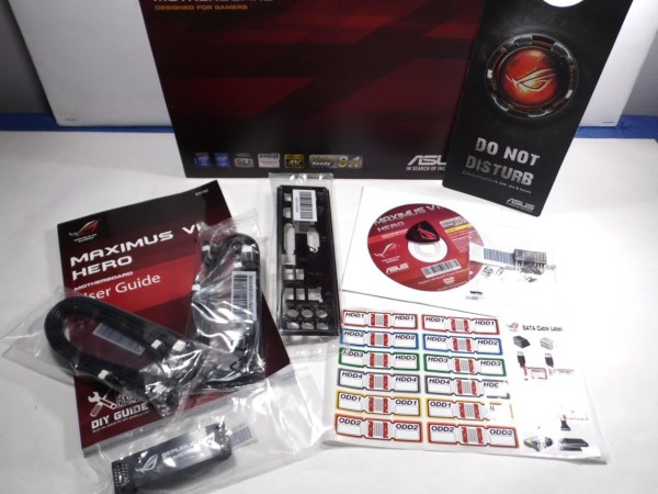 Los accesorios de la ASUS Maximus VII Hero consisten en: manual, 12 in 1 ROG Cable Label, ROG Door Hanger, 3 par de cables SATA 6Gb/s y puente SLI.