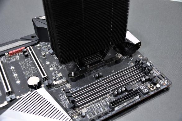 Se acopla el disipador sobre el procesador, ubicando cada tornillo dentro de los orificios del anclaje.
