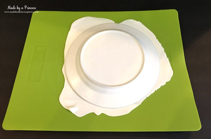 yummy-spooky-halloween-apple-treats-roll-out-fondant-place-plate-over-fondant