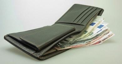 Pompei, trova un portafogli con 2mila euro: rintraccia i proprietari e glielo restituisce