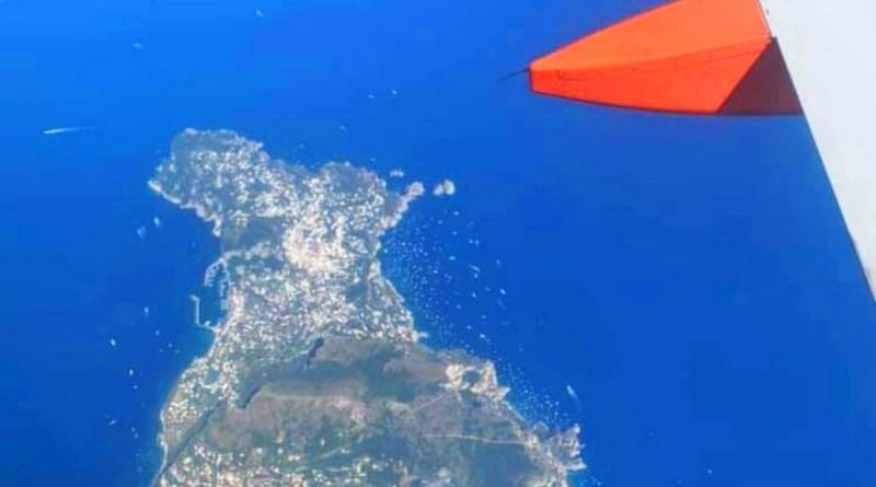 """Capri, l'isola """"circondata"""" da barche nel weekend: la foto dal jet è spettacolare"""