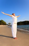 Frau entspannt am Strand